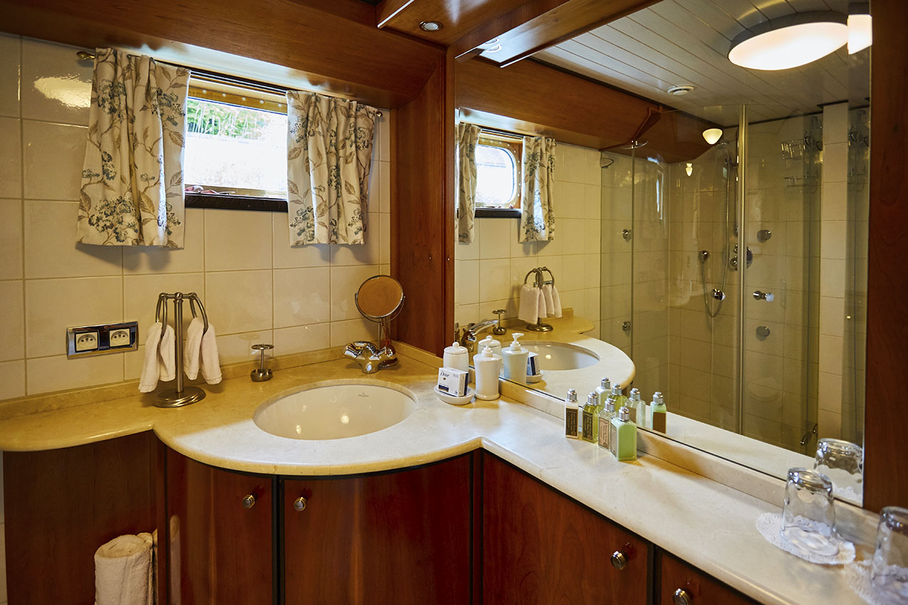 Luxury Hotel Barge en suite bathroom