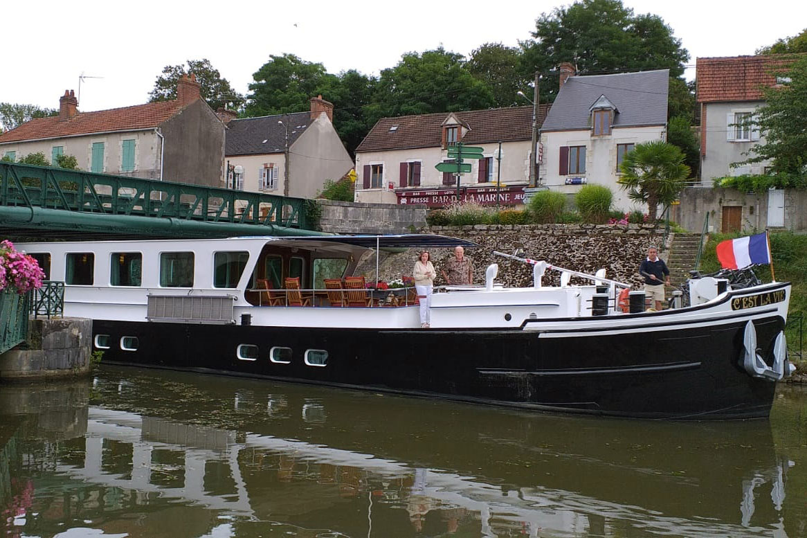 C'est La Vie Luxury Hotel barge on the canal du Briare in France